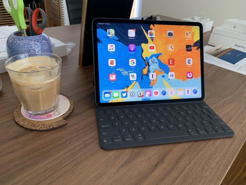 IPad Pro черного цвета и кофе в стакане