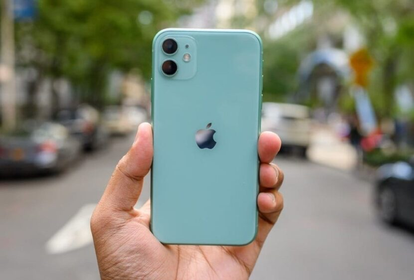 iPhone 11 в руке