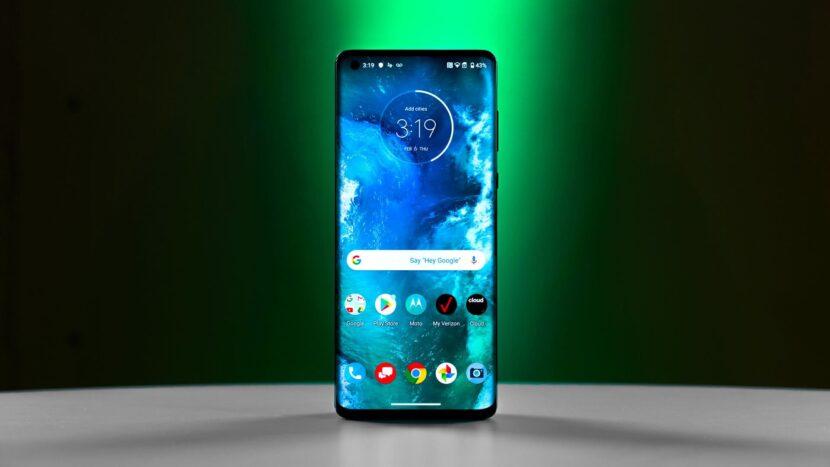смартфон на зеленом фоне
