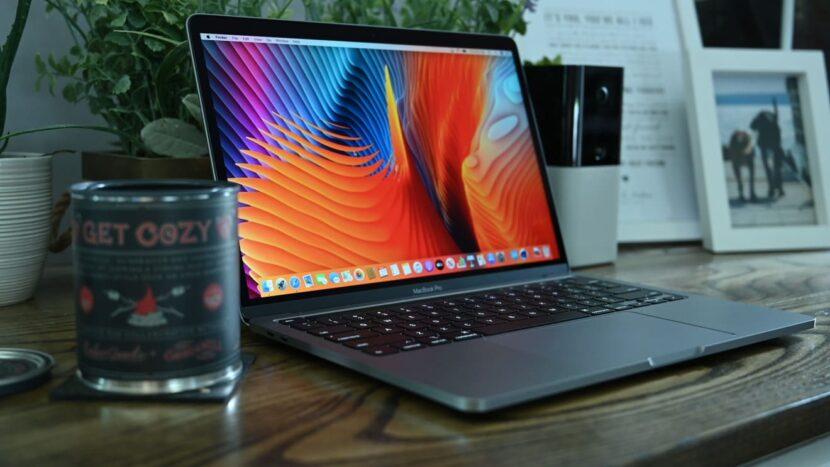MacBook Pro 2020 на рабочем столе