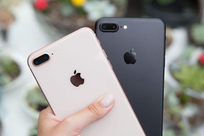 в руке два смартфона