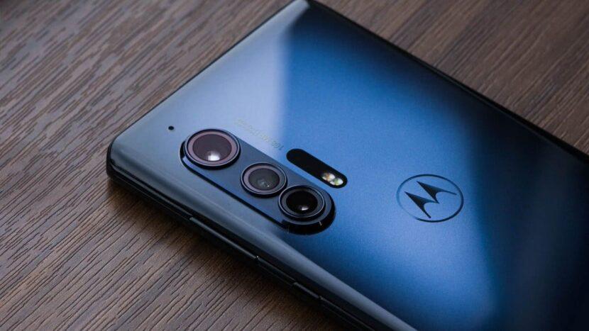 смартфон синего цвета на столе