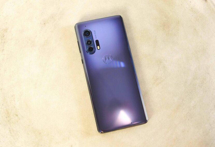 бежевый фон и один смартфон