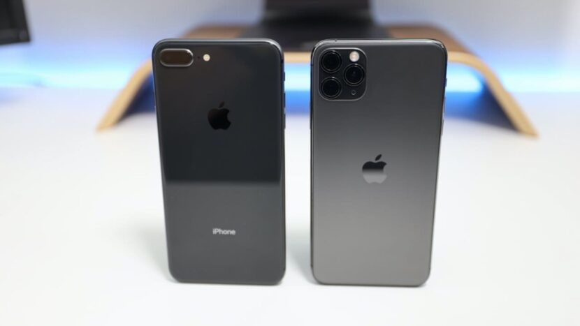 серый и черный айфон на столе