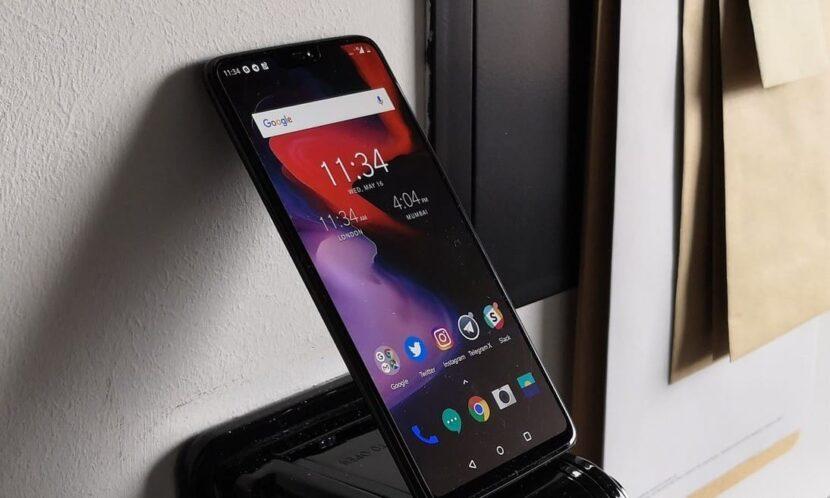 Oneplus-6t смартфон черный у стены