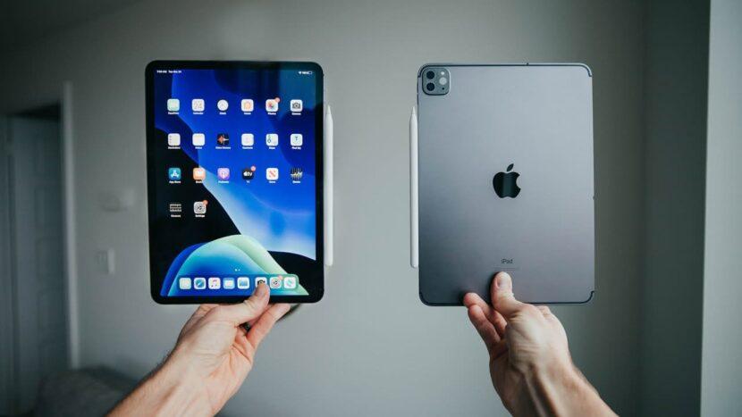 два серых IPad Pro в руках