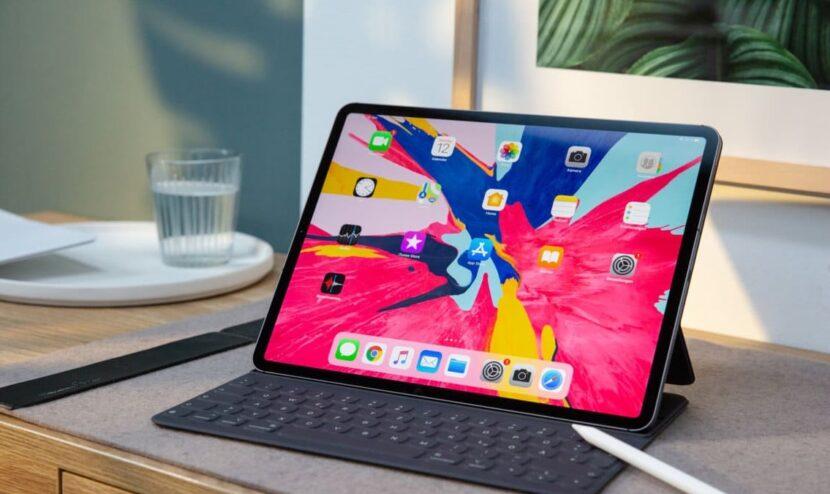 iPad Pro на столе и стакан воды
