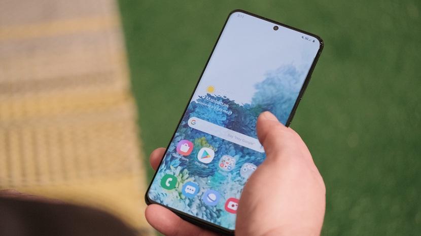 Samsung Galaxy S20 Plus в руке