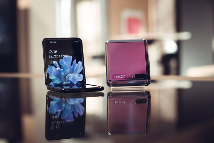 два смартфона разных цветов