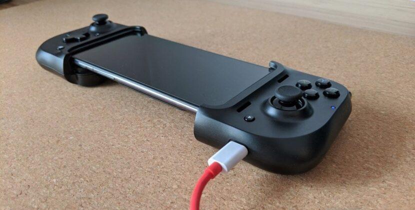 Телефон заряжается через геймпад Razer Kishi