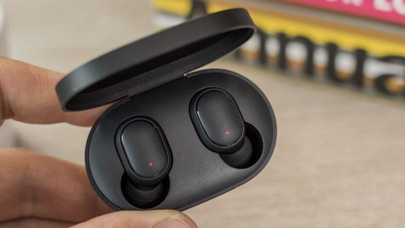 Кейс с наушниками Xiaomi Redmi Earbuds S в руке