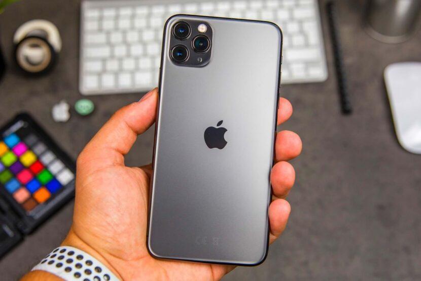 Черный Iphone 12 в руке