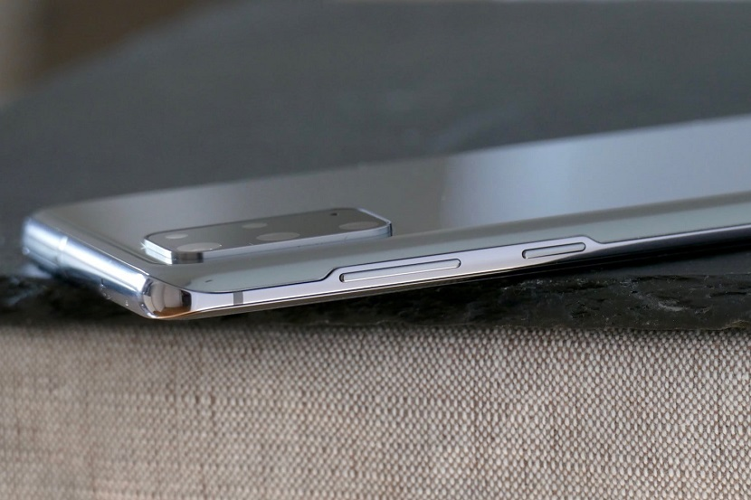 Samsung Galaxy S20 Plus сбоку
