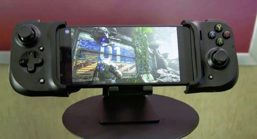 Смартфон с геймпадом Razer Kishi на подставке