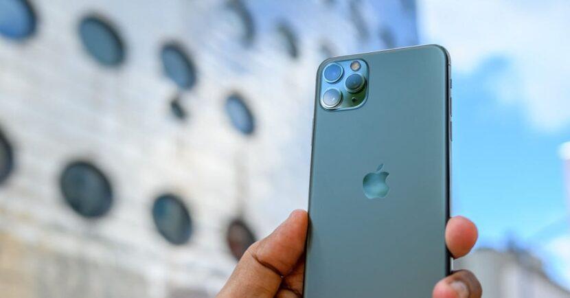 iPhone 11 pro max в руке