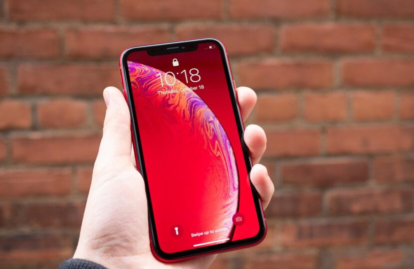 iphone-xr-red-in-hand