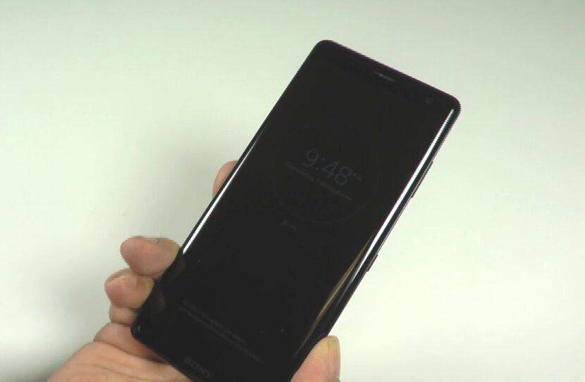 Черный Sony Xperia XZ3 в руке