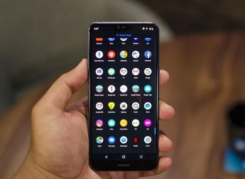 Nokia 7.1 в руке