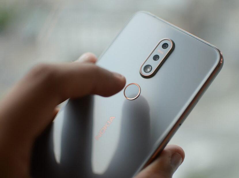 Белый Nokia 7.1 в руке