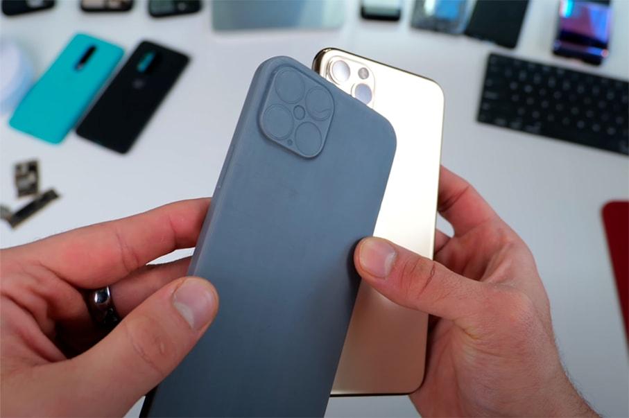 Золотой Iphone 12 в руке
