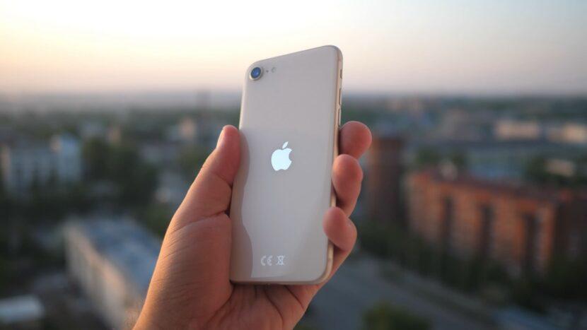 iPhone SE 2020 в руке