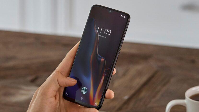 OnePlus-6T смартфон в руке