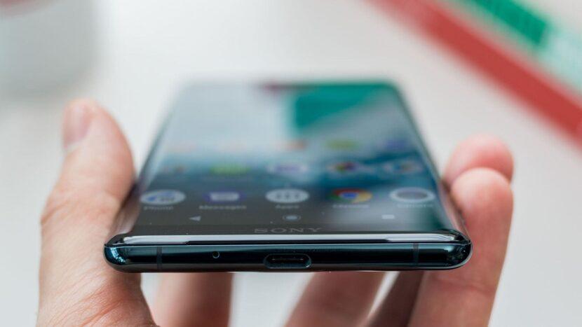Sony Xperia XZ3 в руке