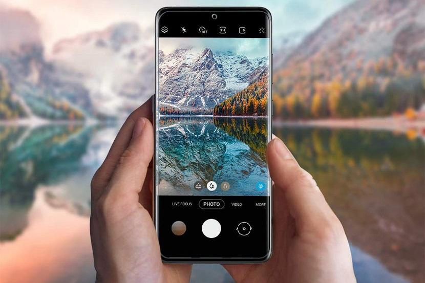 Samsung Galaxy S20 Plus в руках