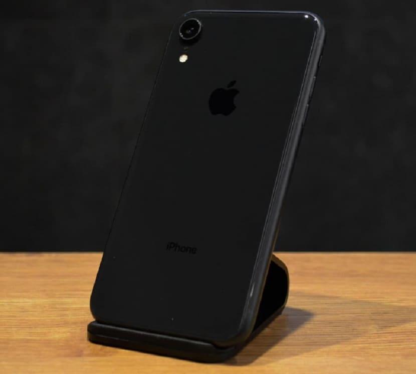 iPhone XR на подставке