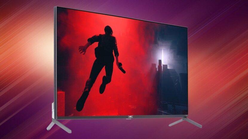 на бордовом фоне телевизор