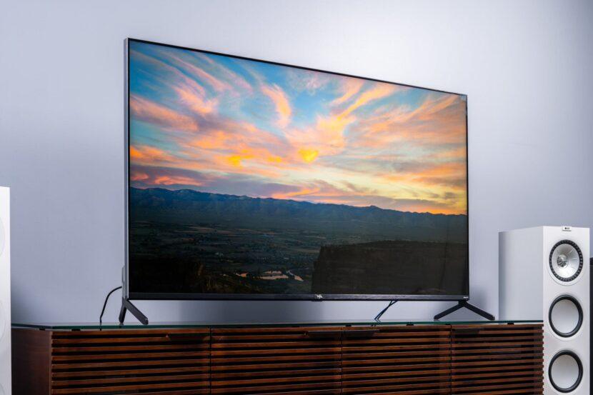 телевизор колонка и деревянная полка
