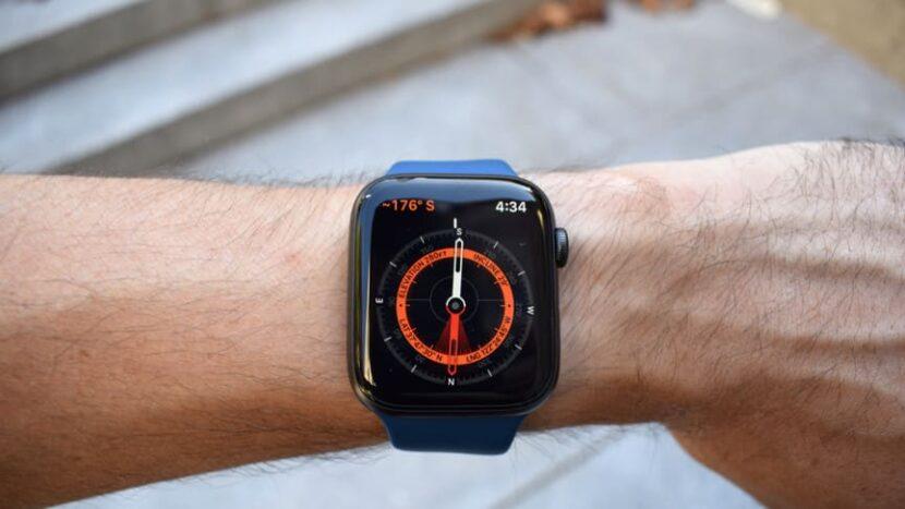 синие часы на руке с компасом