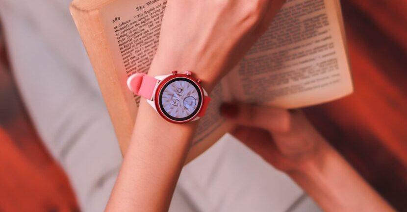 розовые смарт часы и книга