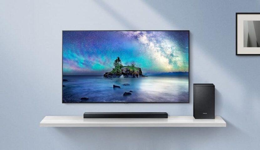 телевизор у серой стены