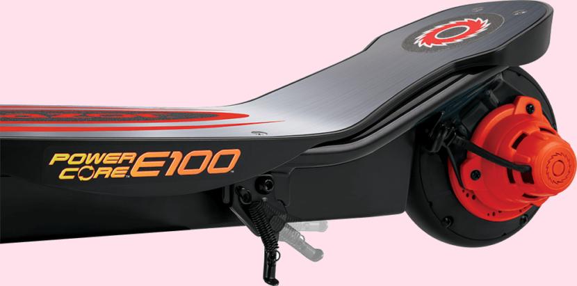самокат Razor E100 на розовом фоне
