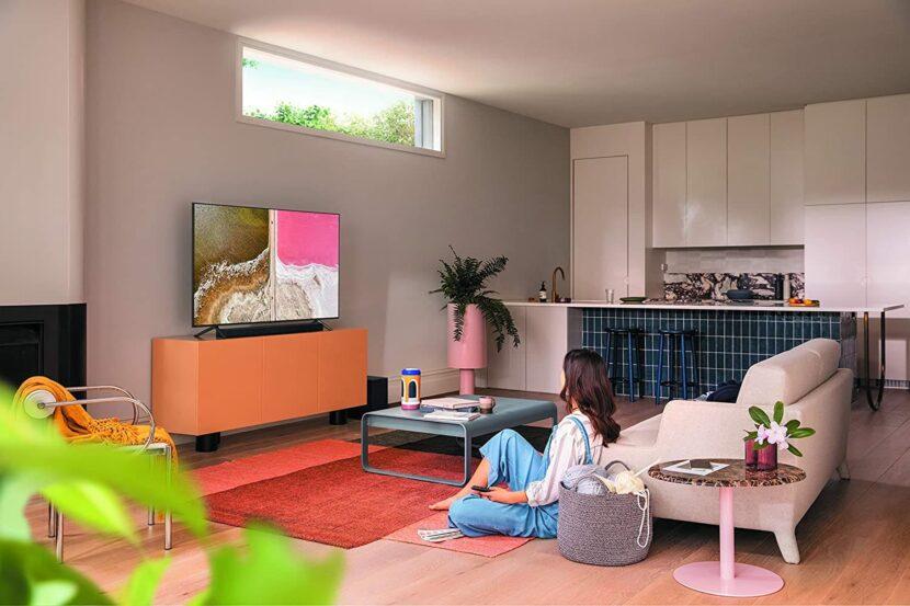 девушка за просмотром телевизора