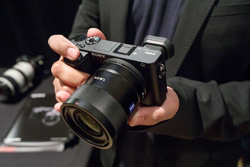 фотоаппарат у мужчины в руках