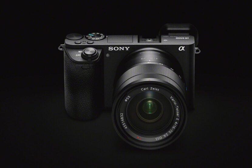 фотокамера на черном фоне