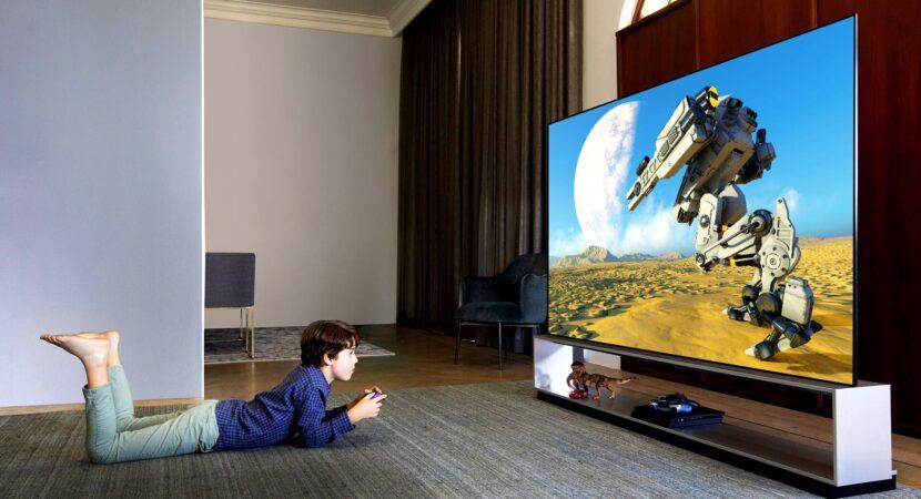 ребенок играет на телевизоре