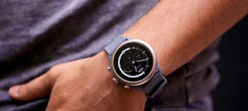 сиреневые часы на руке