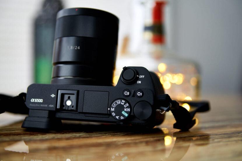 фотоапарат на столе