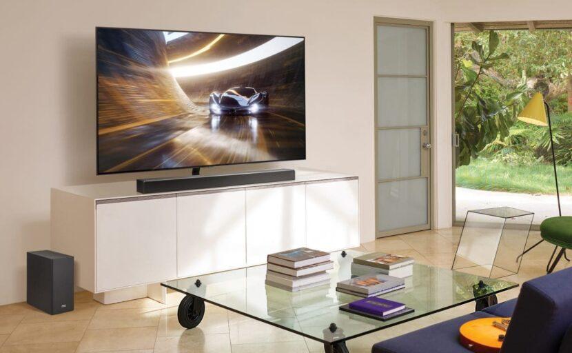 машина вдороге на экране телевизора