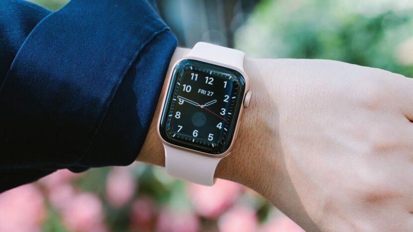 светло-розовые часы на руке