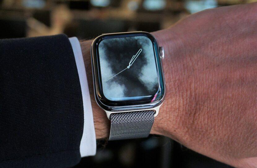 металлические часы на руке
