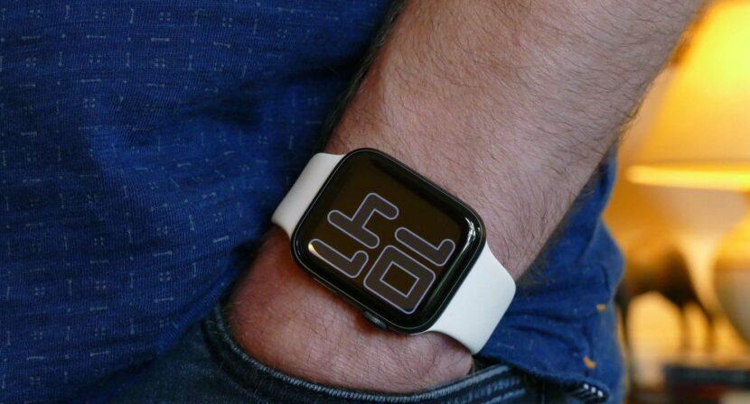 часы на руке белого цвета