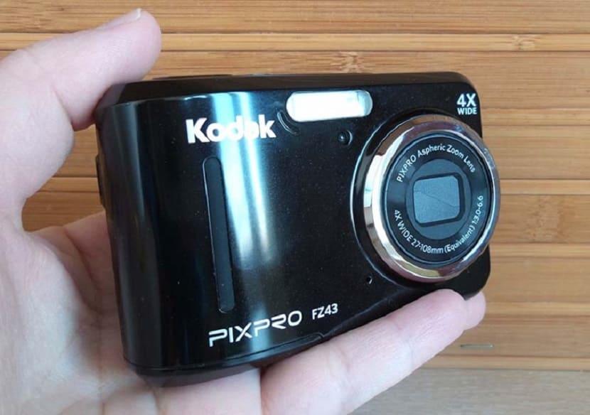 Kodak PixPro FZ43 в руке