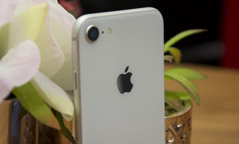 iPhone 8 на столе