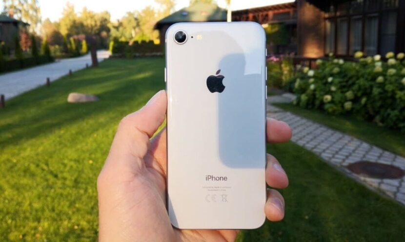 iPhone 8 в руке