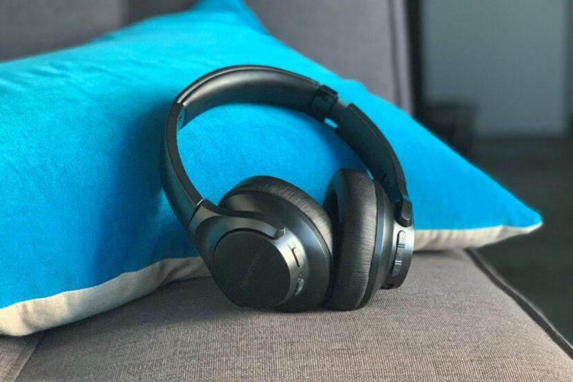 Anker Soundcore Life Q20 на подушке